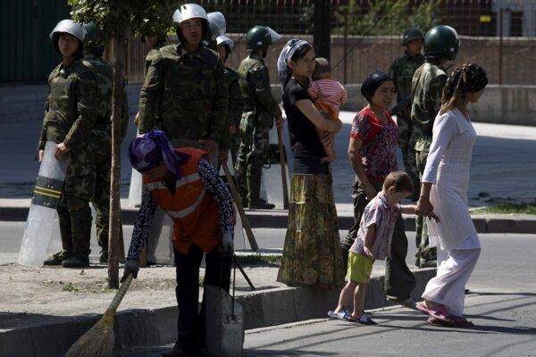 Skupiny venujúce sa ochrane ľudských práv odhadujú, že v zariadeniach je viac než milión Ujgurov.