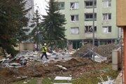 Zničenú bytovku na Mukačevskej 7 postupne oplocujú.