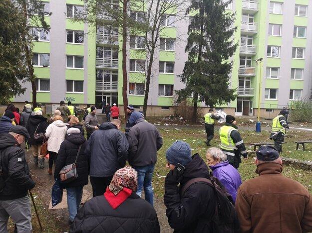 Ľudia na Mukačevskej 11 čakajú na krátkodobý vstup do svojich bytov.