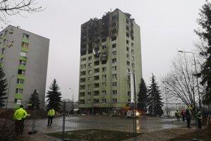 Ohradené okolie vybuchnutej bytovky. Možnosti búrania posudzujú experti.