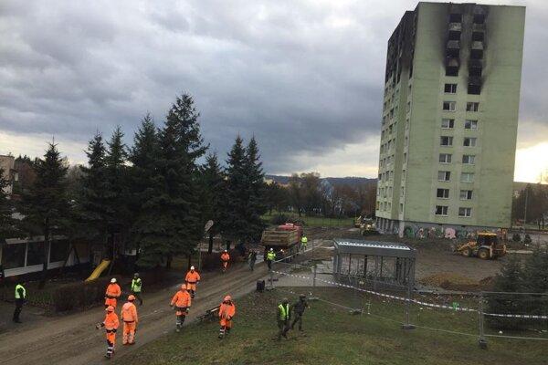 Robotníci opúšťajú stavenisko pri zničenej bytovke krátko pred 14. hodinou potom, čo bol nahlásený malý únik plynu. Situácia je podľa SPP distribúcia pod kontrolou a únik zastavili.