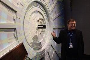 Peter Chochula pri makete experimentu Alice, ktorý na Veľkom hadrónovom urýchľovači študuje hmotu, ktorá existovala iba na počiatku vesmíru.