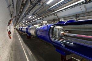 Prierez supravodivým magnetom, cez ktorý vedie potrubie s urýchlenými časticami.