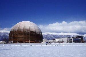 Ikonická budova CERNu - Globe. Neprebiehajú v nej žiadne experimenty. Stavba hostí interaktívnu výstavy o CERNe a jeho vede.