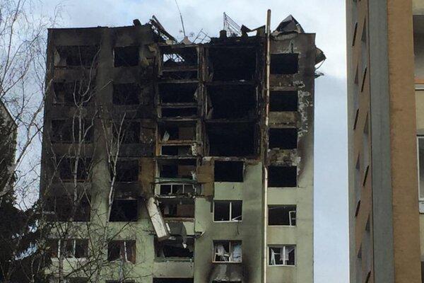 V utorok sa začali prípravné práce na rozoberanie poškodenej budovy. Mesto hovorí o odstránení minimálne štyroch až piatich poschodí v prvej etape.