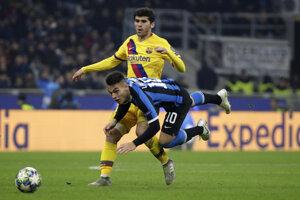 Carles Alena (hore) v súboji s Lautarom Martinezom v zápase Ligy majstrov 2019/2020 Inter Miláno - FC Barcelona.