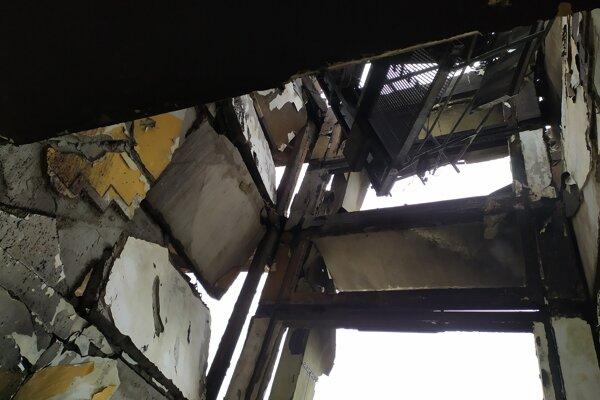 Poškodenie schodiska bytovky svedčí o enormnej sile výbuchu.