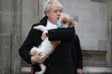 Johnson prišiel so psom, Briti hlasujú v kľúčových voľbách