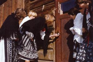 Kreslenie krížikov cesnakom na dvere v Liptovskej Lúžnej.