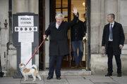 Boris Johnson pred volebnou miestnosťou.