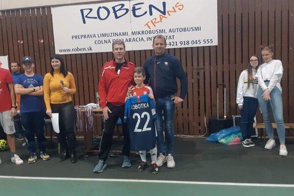 Jozef Oroszi a Peter Bosák ukázali veľké srdce - spoločne vydražili reprezentačný dres Stanislava Lobotku a venovali ho najlepšiemu hráčovi turnaja.