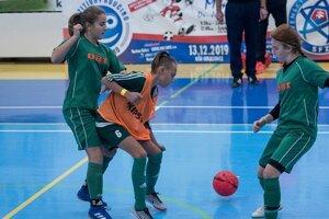 Dievčatá dokážu v práci s futbalovou loptou konkurovať aj chlapcom.