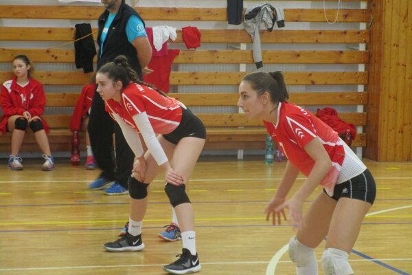 Poltárske hráčky Mária Kradláková (vľavo) a Viktória Pukáčová.