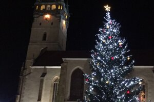 Vianočný stromček pri kostole sv. Mikuláša.