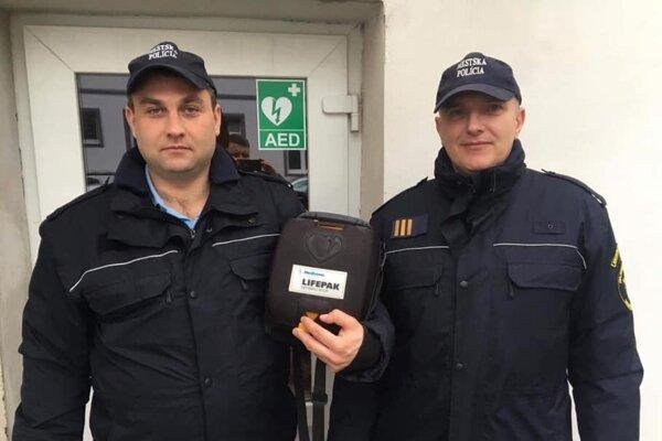 Mestskí policajti Erik Jakubík a Miloš Dolník.