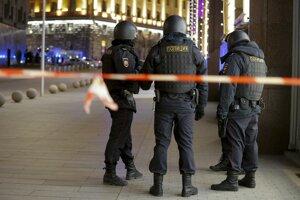 Polícia hliadkuje neďaleko miesta činu.