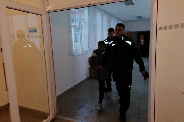 Jaroslava (14) predviedli pred sudkyňu v putách.