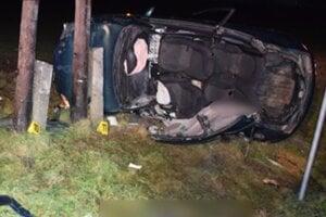 Po náraze vozidlo zostalo prevrátené na boku.