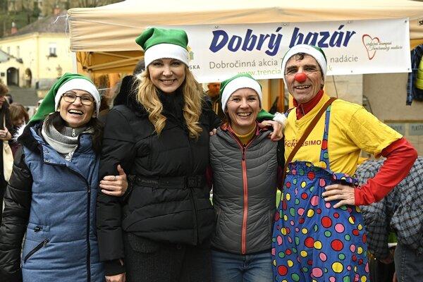 V stánku predávali dobrovoľníci, klauni a tento rok im pomáhala aj modrátorka správ Janette Štefánková a humorista Rasťo Piško. Výťažok z Dobrého bazáru poputuje na aktivity Trenčianskej nadácie. Na snímke správkyňa nadácie Alena Karasová, moderátorka správ RTVS Janette Štefánková (druhá zľava), projektová manažérka nadácie Nikola Sedláčková (druhá sprava) a mím Vlado Kulíšek.