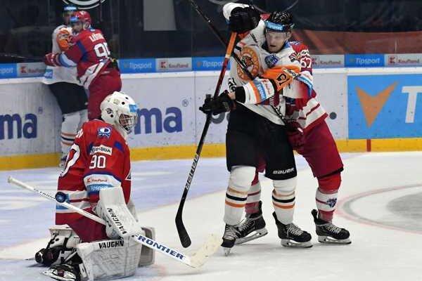 Fínsky legionár (v bielo - oranžovom) doplatil na zlé výkony a výsledky.