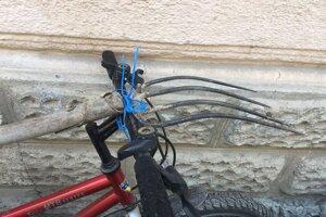 Bicykel s vidlami púred mestskou radnicou.