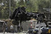 Odstraňovanie auta po výbuchu v Kábule.