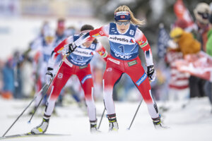 Nórske bežkyne na lyžiach Therese Johaugová (vpredu) a Heidi Wengová  v úvodnej etape Tour de Ski.