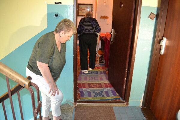 Cesta po schodoch dáva poriadne zabrať aj pani Margite, aj pani Gabriele.