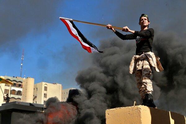 Demonštranti vtrhli na veľvyslanectvo USA v Bagdade.