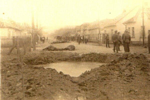 Takýto kráter zostal v zemi po bombardovaní Prievidze.