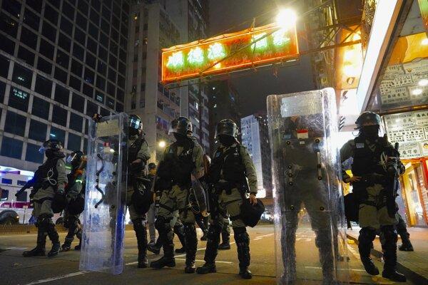 Policajti hliadkujú v uliciach Hongkongu 1. januára 2020.