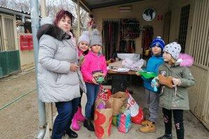 Krmivo a vybavenie nosia do útulku aj školáci zo ZŠ Dostojevského.