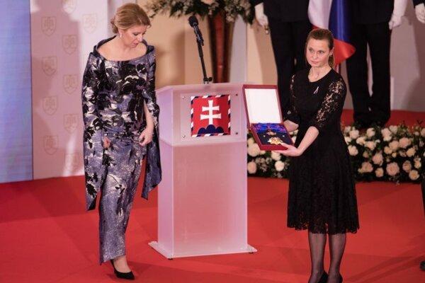 Prezidentka SR Zuzana Čaputová a členka Klubu Milady Horákovej Erika Mačáková, ktorá preberá štátne vyznamenanie Rad Bieleho dvojkríža I. triedy in memoriam pre českú právničku a političku Miladu Horákovú.