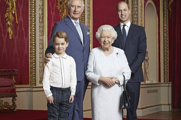 Na fotografii je zachytená kráľovná Alžbeta II. princovia Charles a William a najmenší princ George.