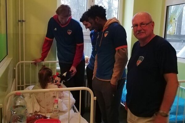 Basketbalisti, reprezentujúci Lučenec, obdarovali malých pacientov aj deti zo špeciálnych škôlok a domovov.