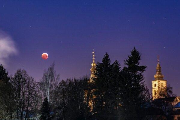 V januári 2019 si prišlo množstvo ľudí vychutnať úplné zatmenie Mesiaca.