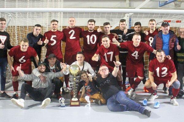 Futbalisti TJ Slovan Zbehy, víťazi turnaja Stred proti Juhu - o Pohár starostu obce Pata.