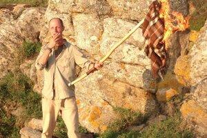 Pútnici na na Myse Finisterre pália svoje oblečenie.