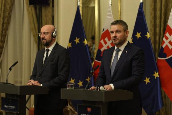 Predseda Európskej rady Charles Michel a predseda vlády SR Peter Pellegrini počas tlačovej konferencie v rámci ich stretnutia na Úrade vlády.