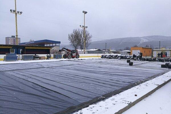 Príprava ľadovej plochy v Stropkove.