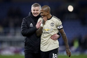 Ashley Young (vpravo) v drese Manchester United.