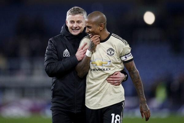 Ashley Young (vpravo) v drese Manchester United.