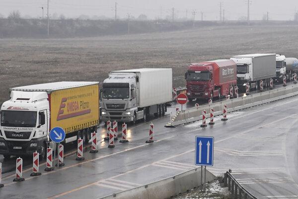 Vozidlá blokujú cestu od Šebastoviec smerom k hranici s Maďarskom