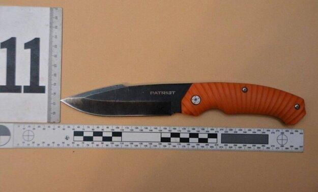 Muž sa snažil svoju manželku zavraždiť nožom.