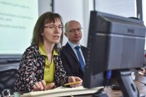 Mária Bieliková a rektor Slovenskej technickej univerzity v Bratislave Robert Redhammer.