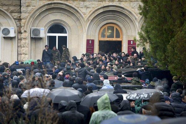 Demonštranti v Abcházsku žiadajú odstúpenie prezidenta Chadžimbu.