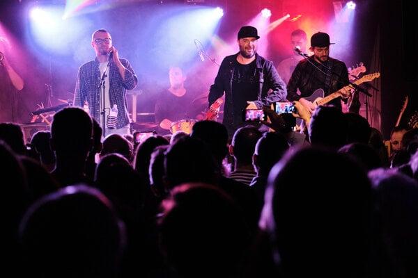 IMT Smile a frontman Chiki liki tu-a Martin Višňovský. Ako koronakírza poznamenala hudobnú scénu ukáže dokument More hudby.