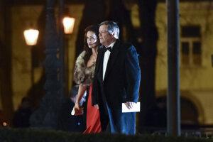 Herec Vlado Černý prichádza s manželkou Ivetou