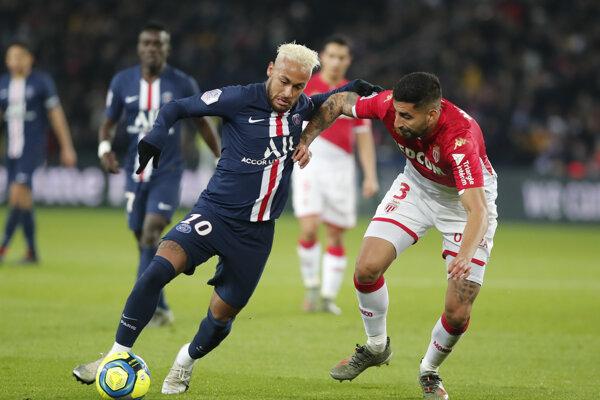 Neymar (vľavo) a Guillermo Maripan v súboji počas zápasu Paríž Saint Germain - AS Monaco.