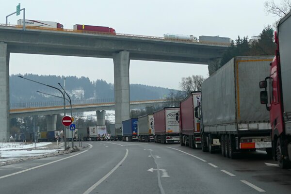 Odstavená kamiónová doprava počas štrajku autodopravcov na hraničnom priechode Svrčinovec.